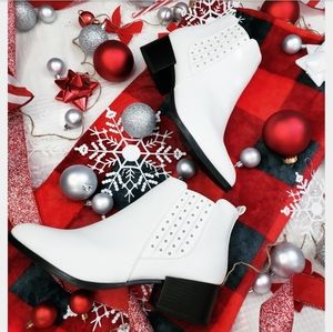Shoes - 🆕️Holiday Collection// white studded bootie